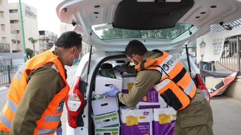 חיילים מחלקים מזון בבני ברק